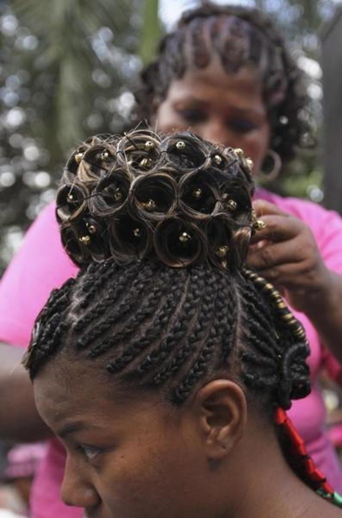 Szalone Fryzury W Stylu Afro Kosmiczne Upięcia ślimaki Z