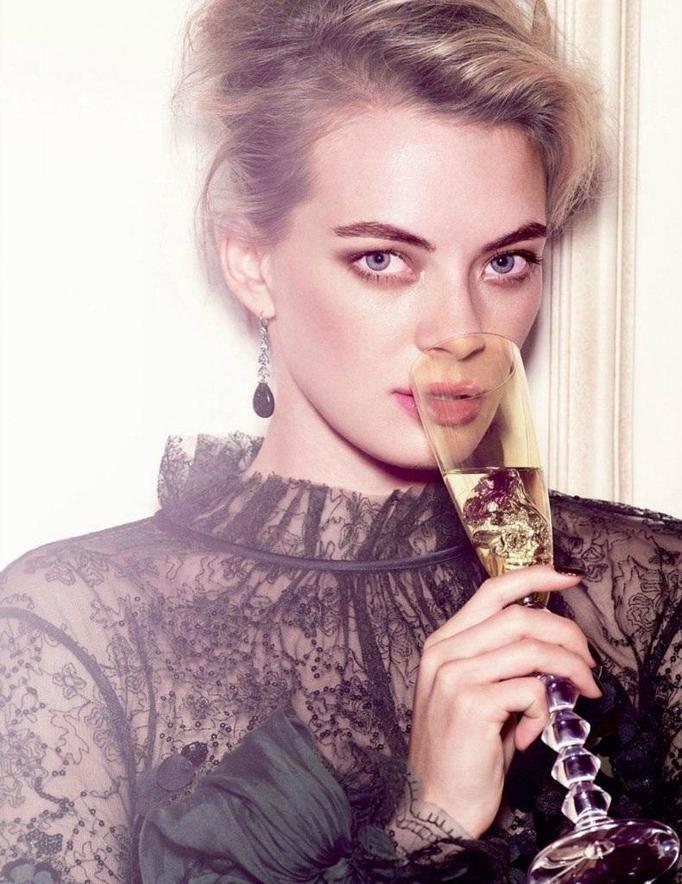 Modelka z drinkiem