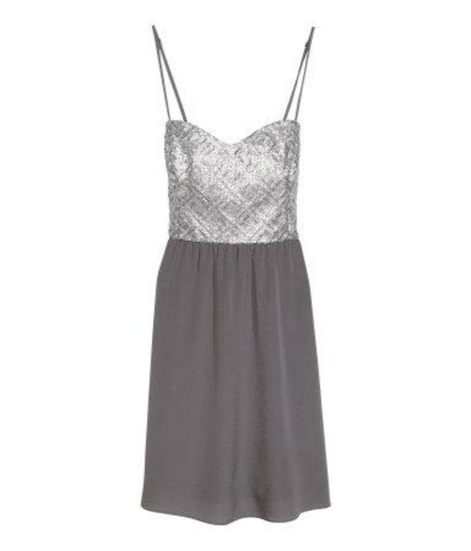 Sukienka ozdobiona cekinami H&M, ok. 99zł