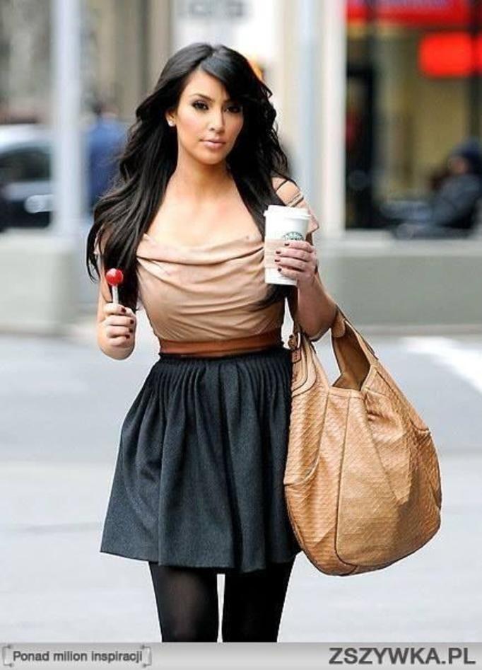 kim kardashian z kawą w skórzanej spódnicy