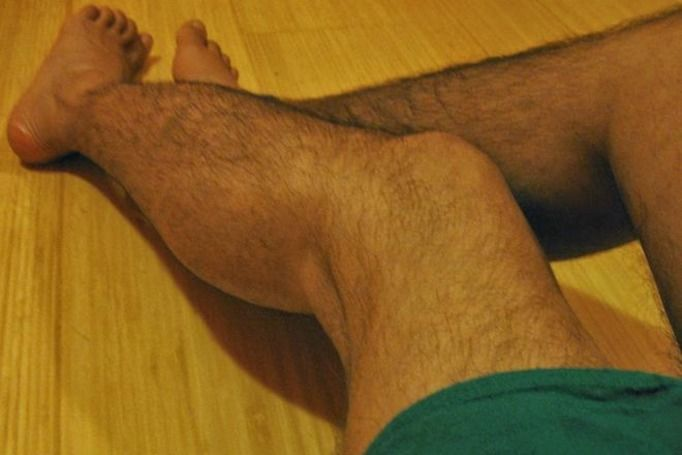 owłosione nogi kobiety