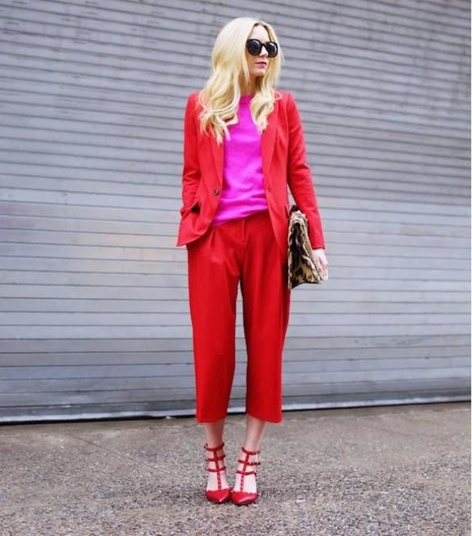 czerwony garnitur