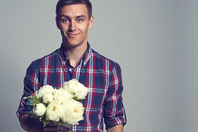 facet z kwiatami