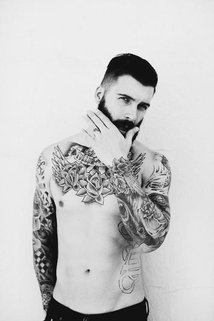 model z tatuażami