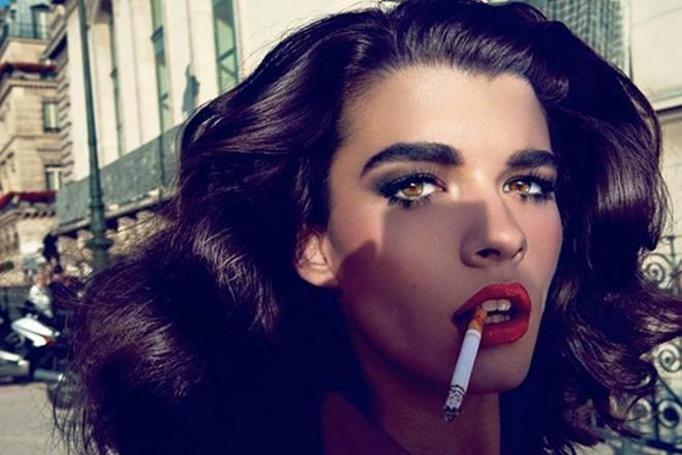 kobieta z papierosem