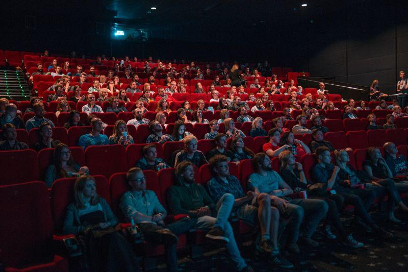 denerwujący ludzie w kinie