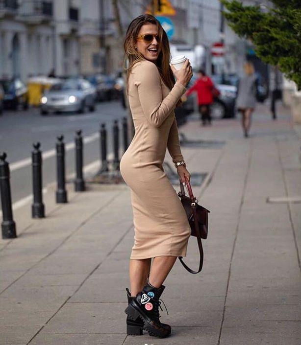 Anna Lewandowska w beżowej sukience NUDYESS   Papilot