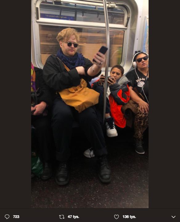 Chłopiec zajął w metrze aż 3 miejsca siedzące. Jeden z pasażerów dał mu niezłą nauczkę