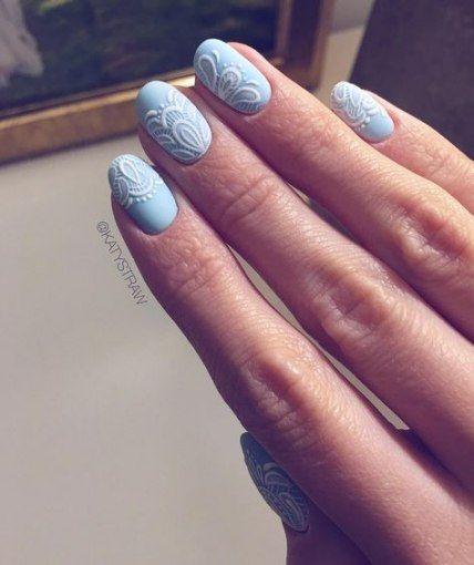 niebieski manicure ślubny