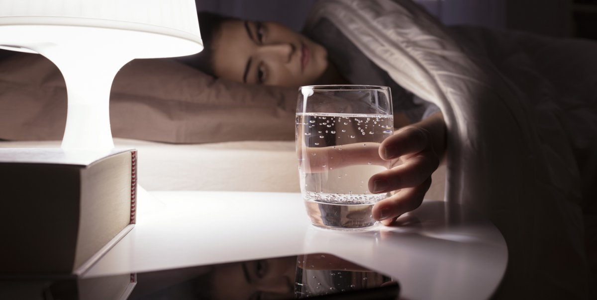 Nie zostawiaj na noc szklanki wody przy łóżku