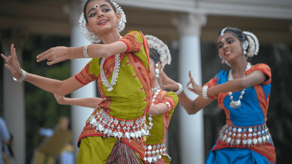 dziewczynki tańczące w indyjskich strojach