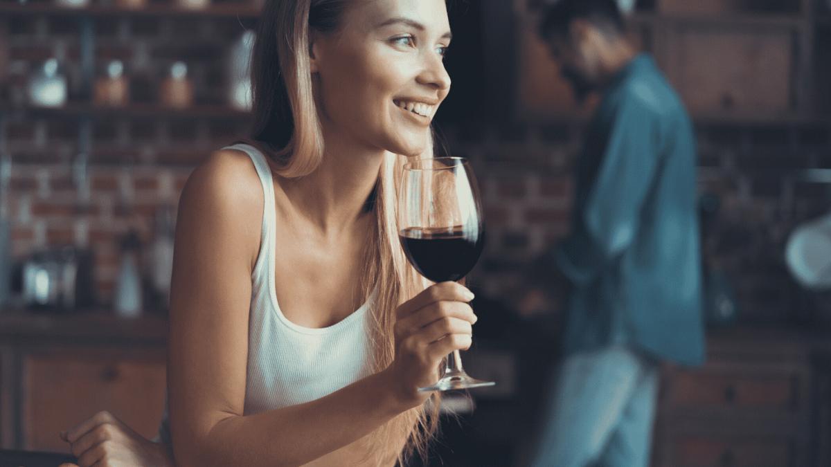 dziewczyna pije wino
