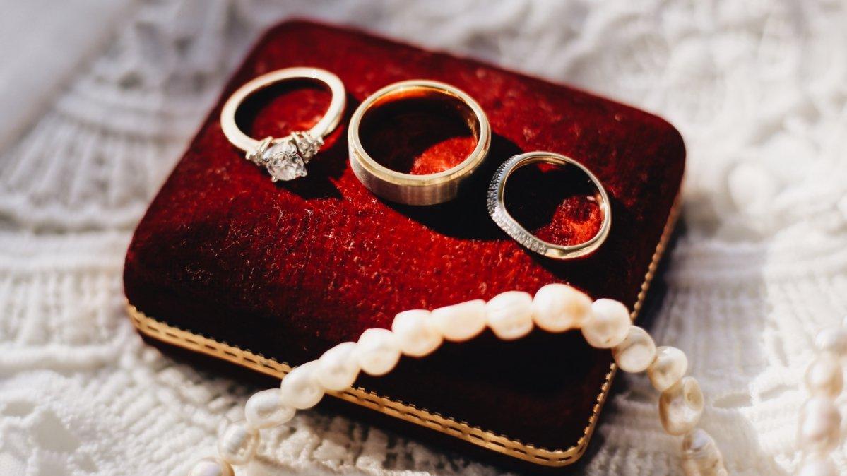 Oświadczyny trzema pierścionkami zaręczynowymi