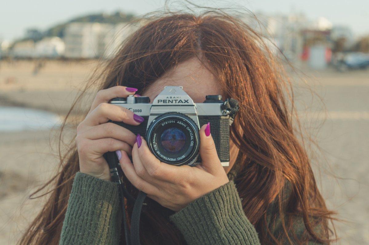 dziewczyna z aparatem analogowym
